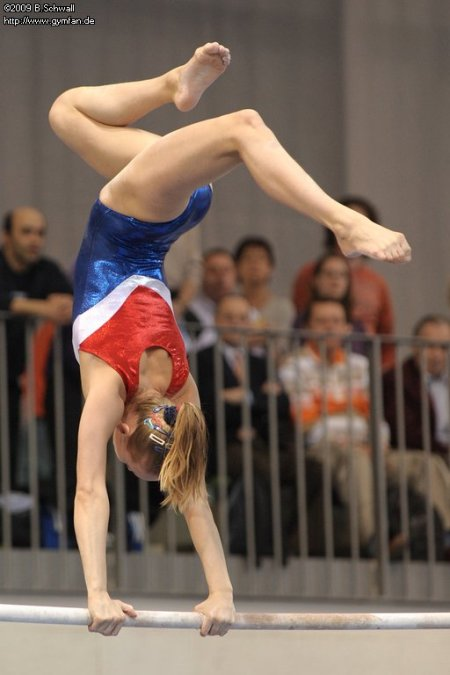 Lieke Wevers (NED) invented a new element on uneven bars ;-)!